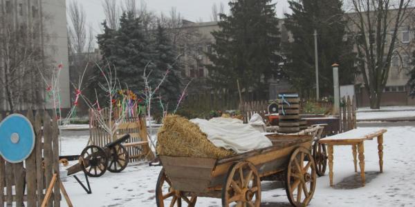 Вози і корова вже на площі Перемоги: у Кременчуці готуються до Масляної, а схоже на ярмарок