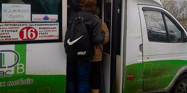 Акция «там должно быть хуже, ибо там живет злая кума»:  маршрутки №16 по-прежнему не могут вывезти всех пассажиров