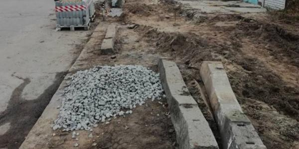 Не довго тішились кременчужани: вже місяць не можуть укласти тротуарну плитку на вулиці Мічуріна