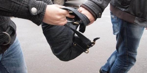 Ограбление года в Кременчуге: у горожанина прямо на улице забрали сумку с 82 тыс.$
