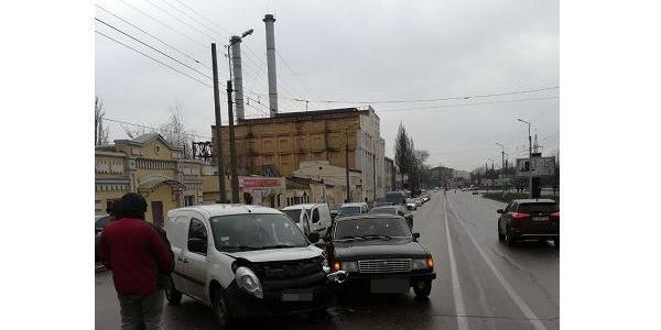 По проспекту Свободи зіткнулися «Волга» та Renault: постраждав «француз» і його водій