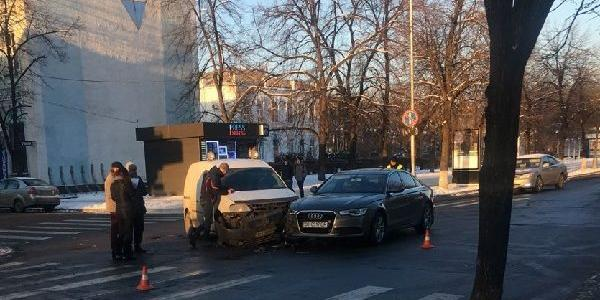 У Кременчуці в центрі міста Renault та Audi не поділили дорогу
