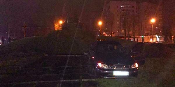 Нетвереза водій Daewoo Sens влетіла у постамент танку на пивзаводі (доповнено)