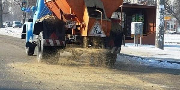 Негода в Кременчуці: комунальники вже висипали на дороги 70 тонн солі