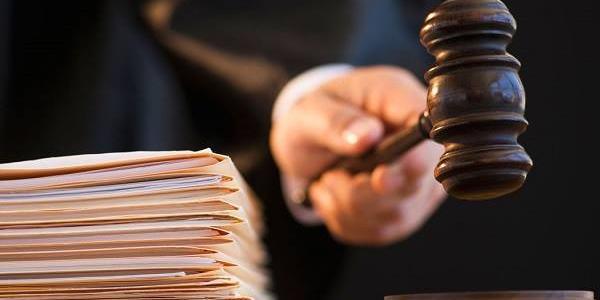 У Кременчуці суд на 6 років запроторив за грати злочинця, який викрав смартфони, ножі, праску, барсетку, сувеніри та підстрелив знайомого