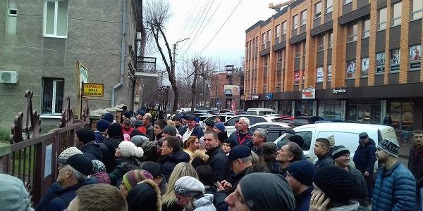 Оце черга: за три дні до Нового року в Кременчуці ажіотаж на ялинки не спадає