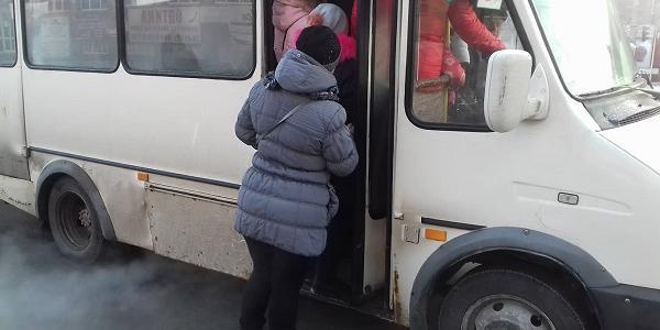 Кременчужани на зупинках лають Малецького, як можуть: маршрутки їздять переповнені, чекати доводиться довго