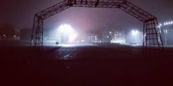 Може трапитися лихо: арку на площі Перемоги облюбували екстремали