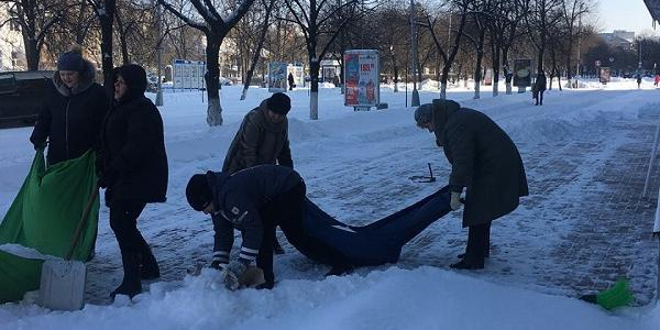 Фотофакт: как выносят снег от детской библиотеки Кременчуга