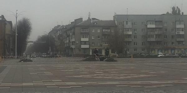 «То луковицы возле креста садят»: в администрации КП «Благоустрий Кременчуга» не знают, что их работники делают на площади