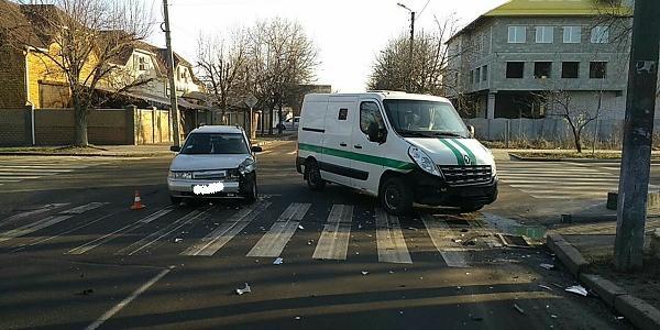 У центрі Кременчука не розминулися авто інкасаторів та ВАЗ