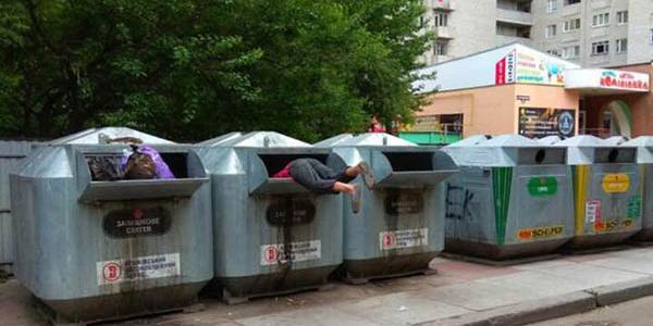 Безхатченки розпочали сезон «дайвінгу» по місцевих смітниках