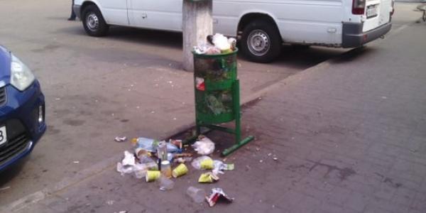 Кременчужани скаржаться на сміття біля «такого собі автовокзалу»