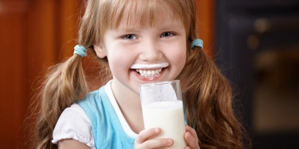Аби покращити здоров'я: учнів 1-4 класів щоранку отримуватимуть склянку молока