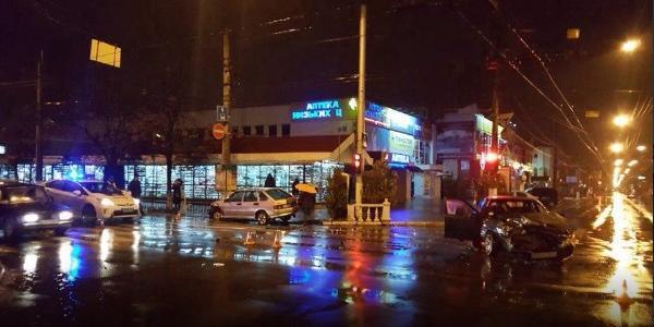 В районі Центрального ринку вночі зіткнулися ВАЗ і Daewoo Nexia