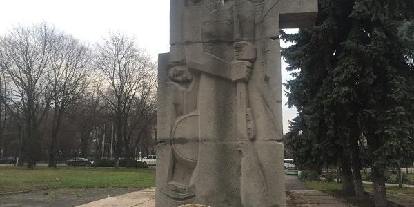 Памятник комсомольцам в Кременчуге выстоял против экскаватора, а горожане предлагают его видоизменить