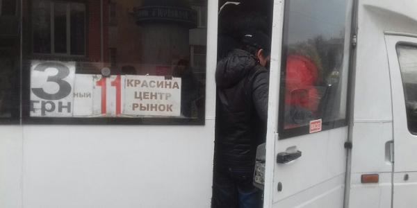 Атракціон «Втиснись в маршрутку» у Кременчуці популярний і в новому році