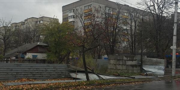 В Кременчуге ветер валит деревья и заборы в центре и на Молодежном (дополнено)