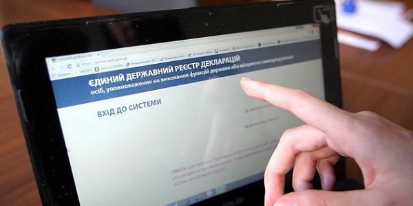 Двоє депутатів Кременчуцької міськради майже рік ігнорують антикорупційне законодавство