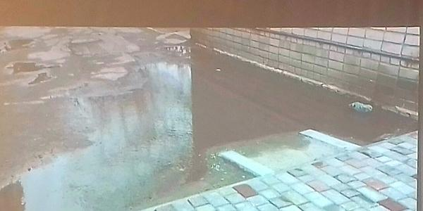 На Третьому Занасипу тротуар нарешті вимостили плиткою, але тепер там «потоп»
