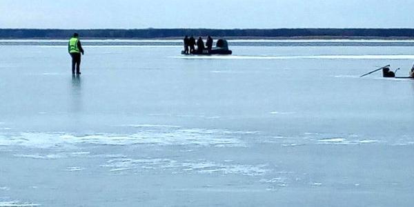 Рятувальники знімали з дрейфуючої крижини півсотні рибалок