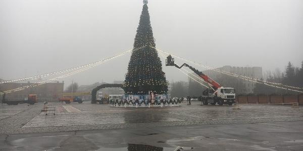 Під дощем у Кременчуці готуються до зустрічі Нового року