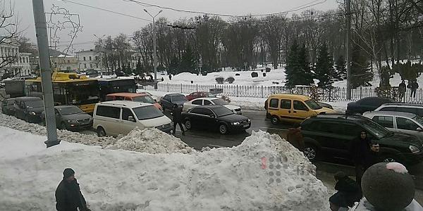 У Полтаві водії на знак протесту щодо стану міських доріг принесли меру Мамаю пакунок солі