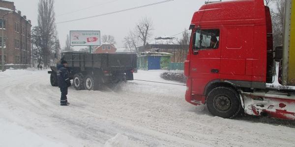Кременчуцькі рятувальники витягли із заметів ще півтора десятка вантажівок