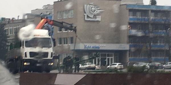 На площади Победы начали устанавливать главную новогоднюю ёлку Кременчуга