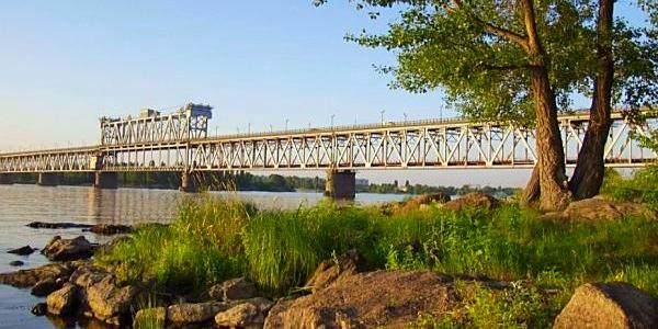 З Крюківського мосту стрибнув чоловік