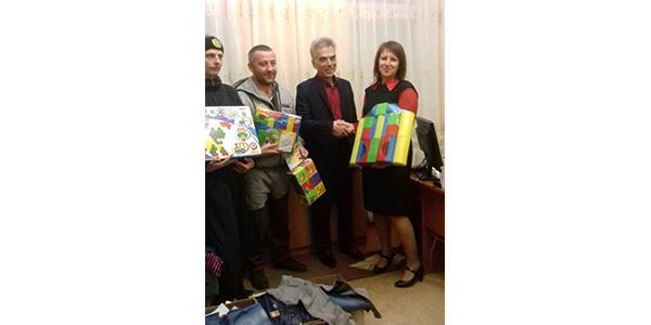 Кременчугские самаритяне передали воспитанникам детсада №10 одежду, а участники АТО – сладости