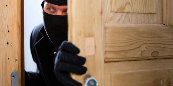 До кременчуцьких пенсіонерів «лізуть» виламуючи двері та стіни