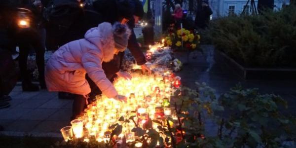 Хвилину помовчали і запалили свічки: у Кременчуці вшанували жертв Голодоморів