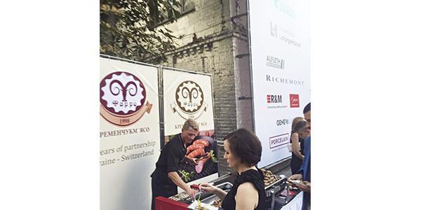 На празднике в честь Дня основания Швейцарии гости выстроились в очередь за колбасками от «Кременчугмясо»