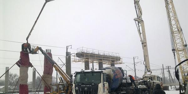 На будівництві  шляхопроводу підрядники працюють цілодобово