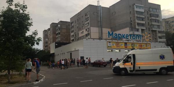 Очевидці та місцеві мешканці на місце викликали поліцію.