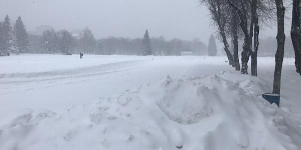 Кличко призвал киевлян помогать дворникам убирать снег, а Кременчуге мэр, зная о снежном «коллапсе», улетел в отпуск