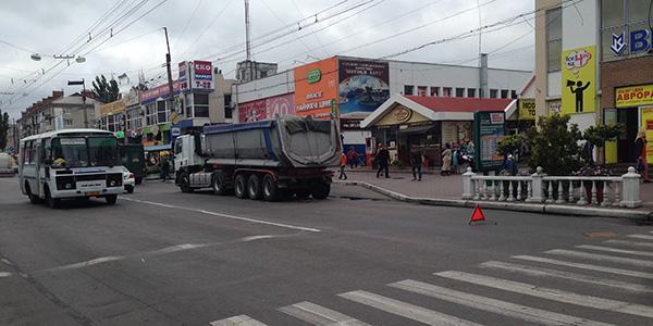 До уваги учасників дорожнього руху: в центрі Кременчука фура ускладнила проїзд транспорту