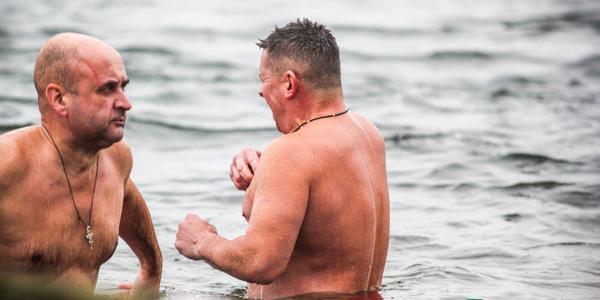 Вице-мэр Кравченко надел красные плавки, чтобы потроллить Пиддубную и искупался в Днепре