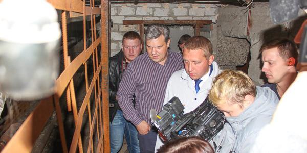 «Вонь несусветная!» или Как мэр и чиновники Кременчуга лазили по подвалам и нанюхались запахов фекалий