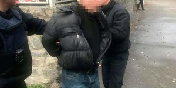 У Кременчуці затримали чоловіка, що погрожував мешканці пістолетом