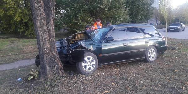 На Молодежном автомобиль врезался в дерево
