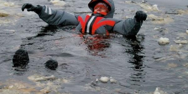 Пощастило: у Кременчуцi випадково врятували чоловiка, що опинився у водi