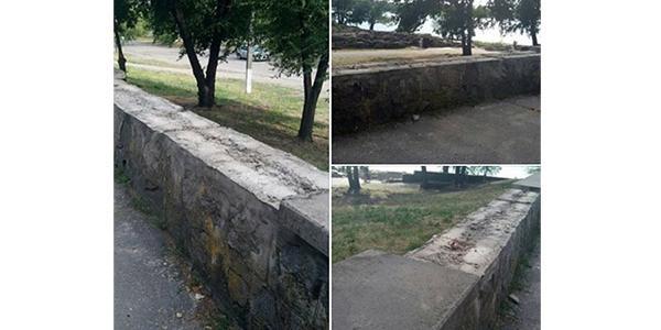 Кременчужани б'ють на сполох - невідомі розкрадають плити з парапету у Придніпровському парку