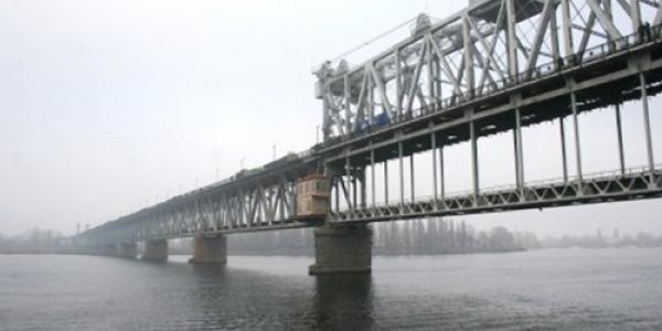 До уваги водіїв та пасажирів: на Крюківському мосту сьогодні будуть затори