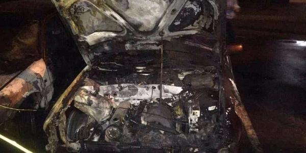 Вночі в центрі Кременчука спалахнуло кілька автомобілів