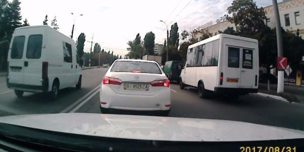 Вот так ездок: кременчугский водитель пересек двойную сплошную и создал «пробку»