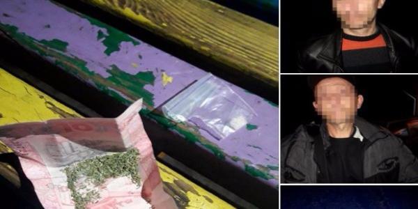 А «травичку» загорнули у «червонець»: в Кременчуці затримано двох чоловіків з наркотиками