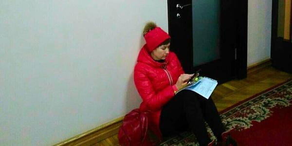 Депутатка Піддубна влаштувала сидячий протест під кабінетом мера Кременчука (доповнено)