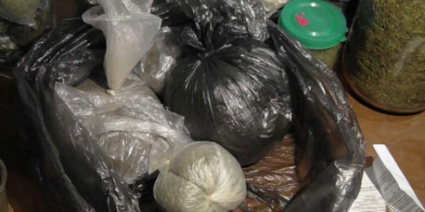 З квартири чоловіка вилучили 5 кг наркотиків та незареєстровану зброю
